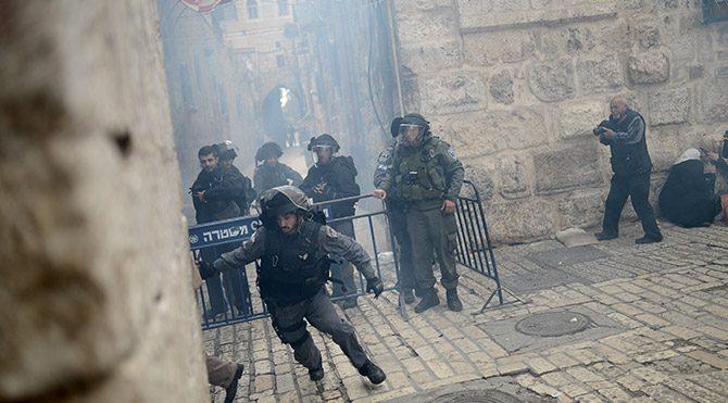 """İsrail askerleri Mescid-i Aksa'ya postalla girdi"""