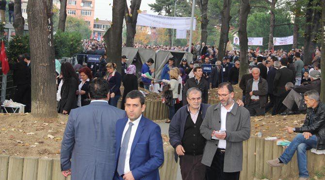 Davutoğlu konuşurken vatandaşlar alanı terketti