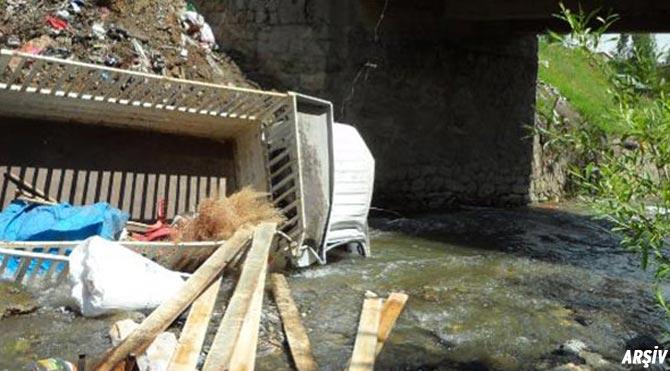 Kamyonet sulama kanalına düştü