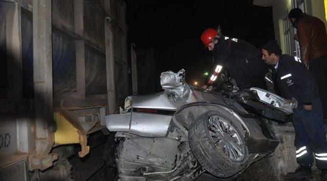 Yük treni otomobile çarptı