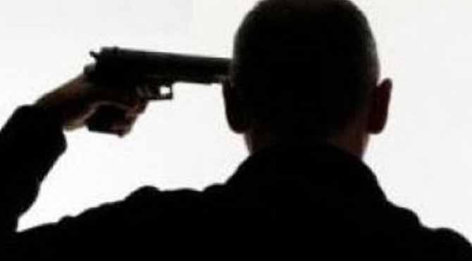 Polis eşinin yanında intihar etti