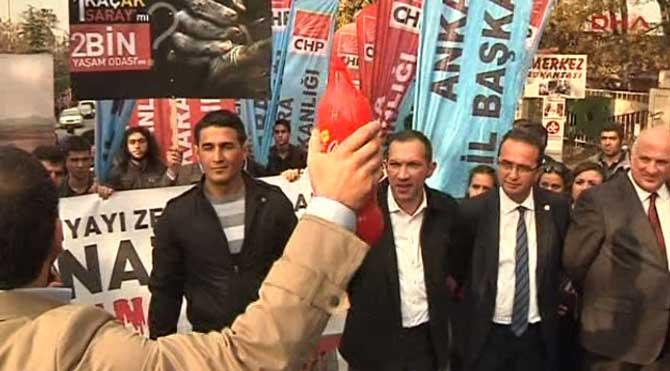 CHP'liler Ak Saray'ı protesto etti