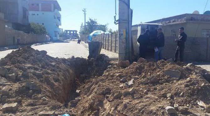 Hendek kazıp yol kesen PKK'lılar, polisle çatıştı!