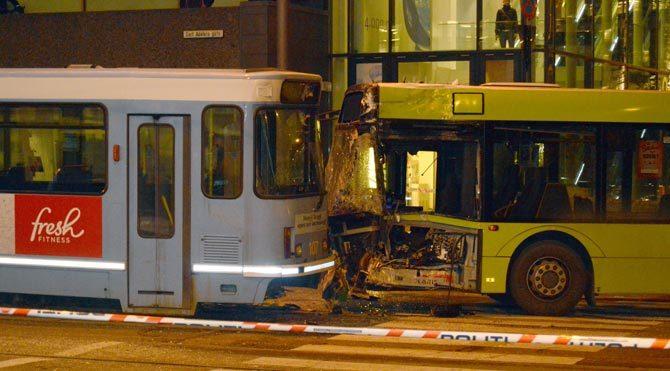 Tramvay ile otobüs çarpıştı: 10 yaralı