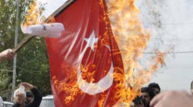 Türk bayrağını indirip yaktılar