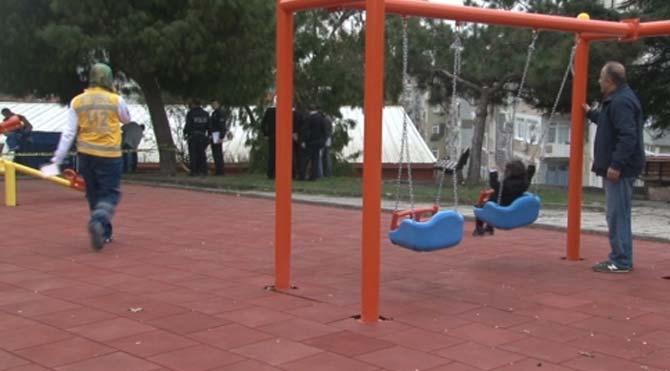 Cinayete aldırmadan parkta çocuğunu eğlendirdi