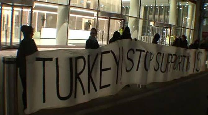 İngilizlerden 'Türkiye IŞİD'e desteğe son ver' eylemi