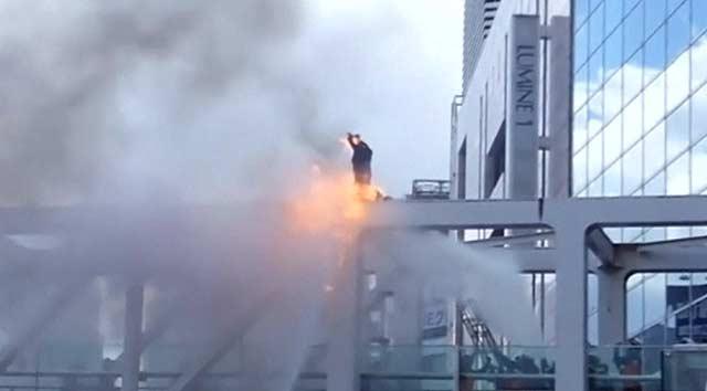 Japonya'da bir protestocu kendini yaktı