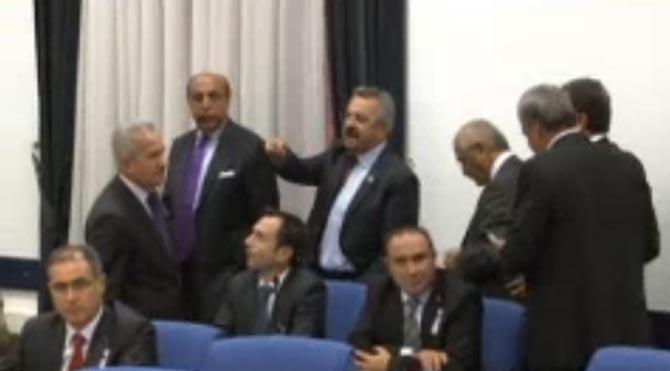 CHP ve MHP'li vekiller salonunu terk etti!
