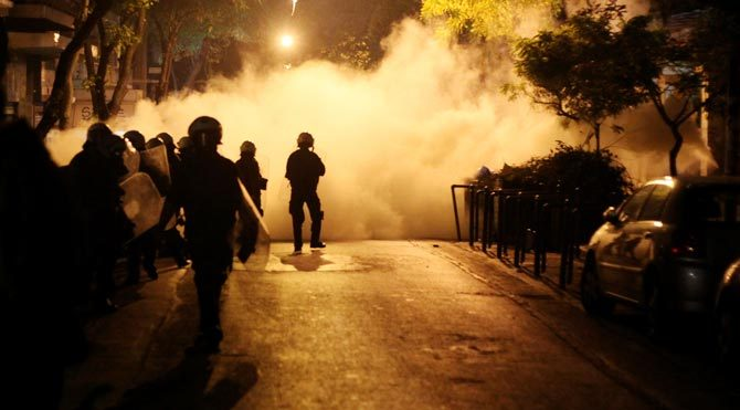 Atina'da öğrenciler polisle çatıştı: 40 yaralı