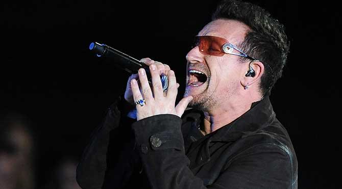 U2'nun solisti Bono uçakta ölümden döndü