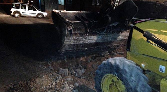 PKK'lılar belediye kepçesiyle hendek kazdı