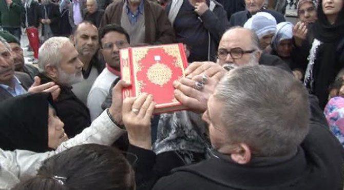 Erdoğan'ın hayrına Kuran dağıtınca