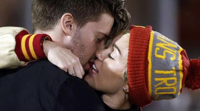 Miley, Schwarzenegger'i öptü