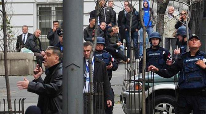 Sırbistan Başbakanlığı önünde silahlı eylem