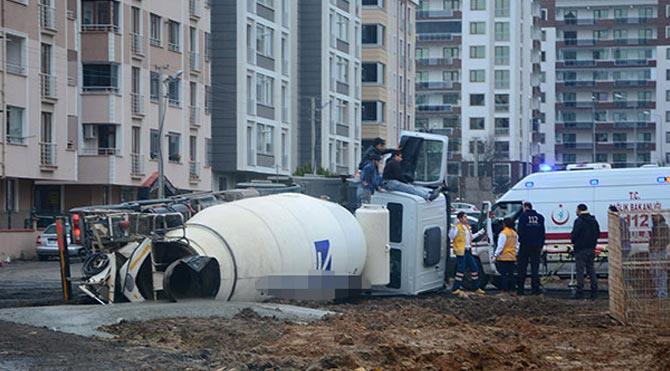 Yol çöktü, beton mikseri devrildi