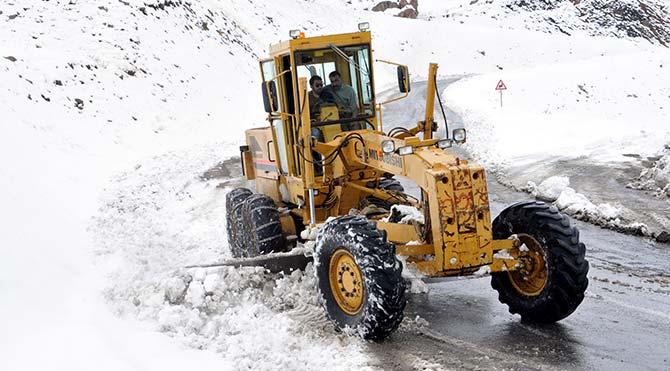 Bahçesaray Yolu'nda karla mücadele başladı