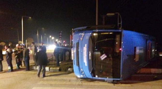 Halk otobüsü TIR'la çarpıştı: 13 yaralı