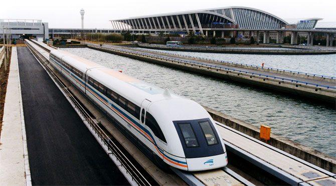 Maglev treni ilk yolcularını taşıdı