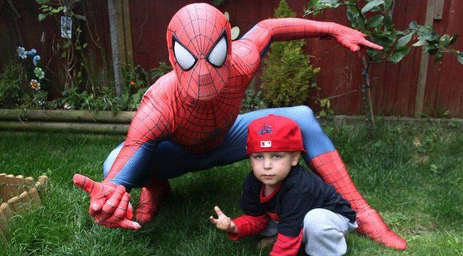 Kanserli oğlu için Örümcek Adam oldu