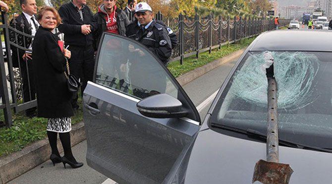 Demir boru otomobile saplandı