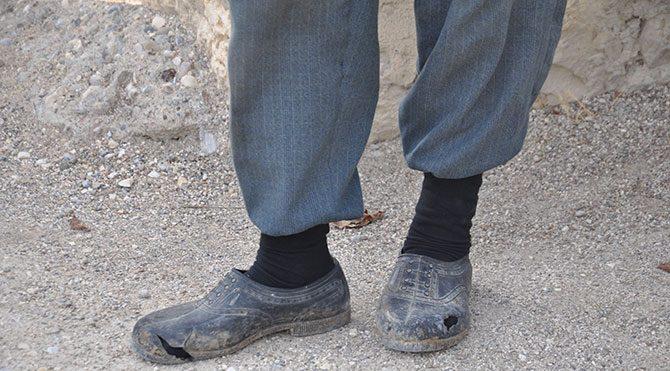 Ölen madencinin babasına yeni lastik ayakkabı