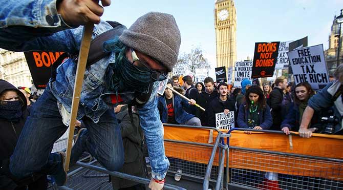 İngiltere'de polis öğrencilerle çatıştı