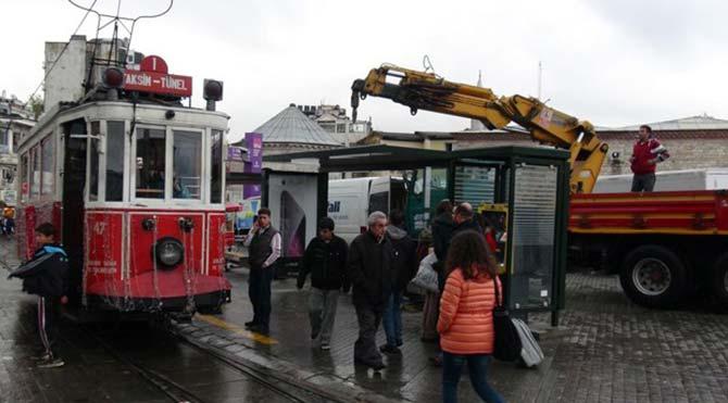 Taksim tramvay durağı söküldü