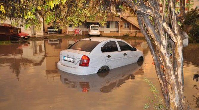 Hatay'da sağanak yağış sele neden oldu