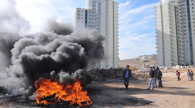 İnşaat işçileri yol kesip ateş yaktı