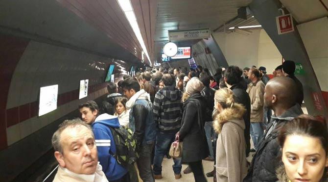 Metroda intihar paniği!