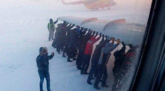 Rusya da pistte donan uçak hareket edemeyince yolcular uçağı itmek