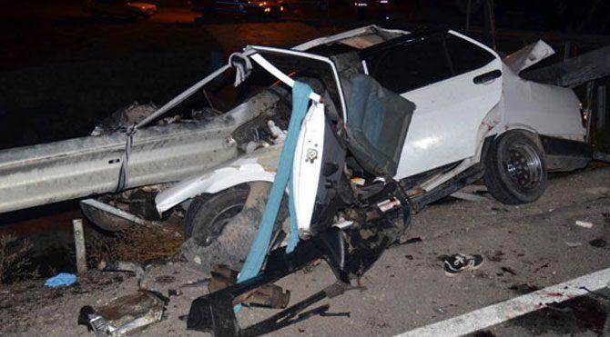 Otomobil bariyerlere çarptı: 3 ölü, 3 yaralı