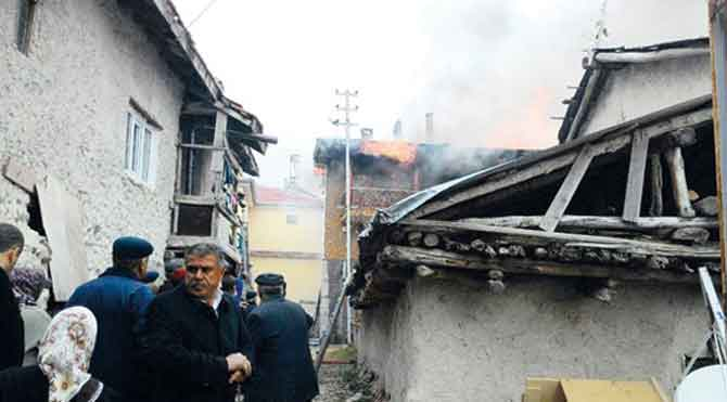Kısa devre evi yaktı