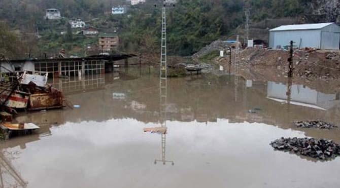Asfalt tesisi sular altında kaldı