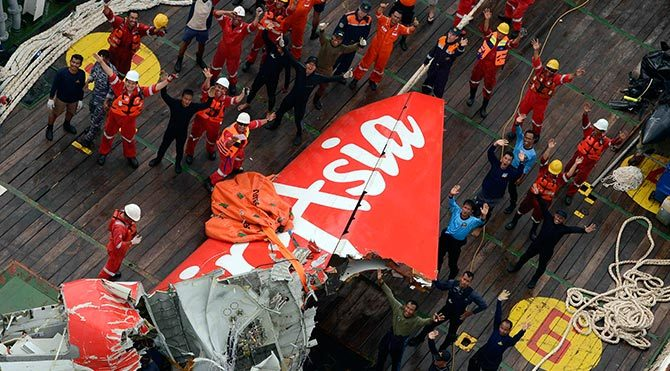 Kayıp AirAsia uçağının kuyruk kısmı bulundu