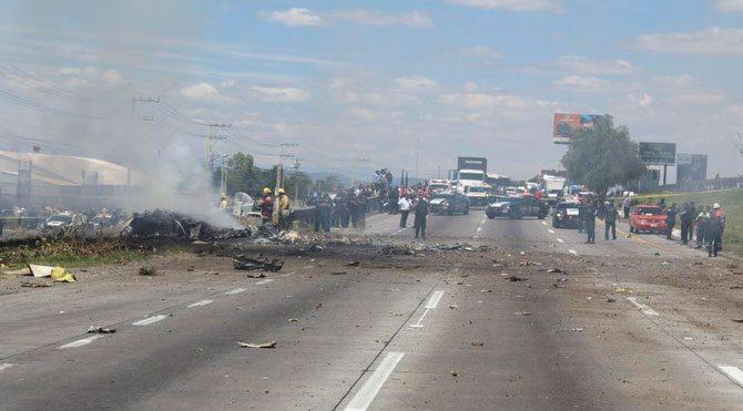 Meksika'da küçük uçak otoyola düştü: 5 ölü