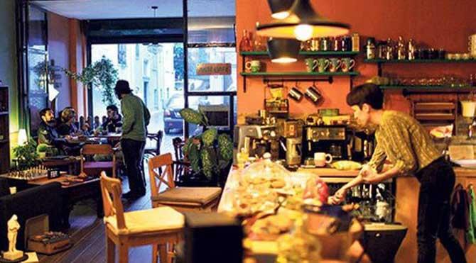 Bu kafede yediğinize içtiğinize para vermiyorsunuz!