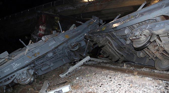 Sivas'ta 2 yük treni çarpıştı: 1 ölü, 1 yaralı