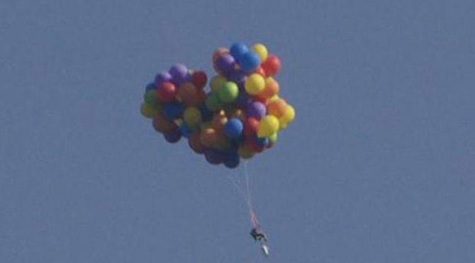 Sandalyesine bağladığı balonlarla uçtu