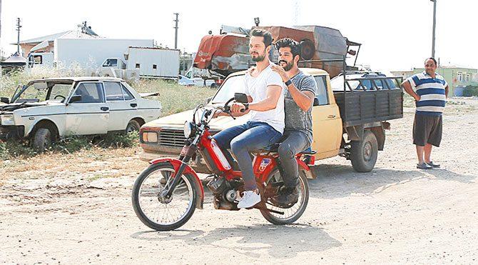 Burak ve Murat mobilette