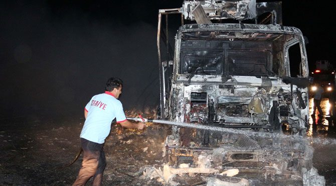 PKK kamyonları yaktı!
