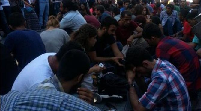 İstanbul Galatasaray Lisesi önünde Suruç eylemi