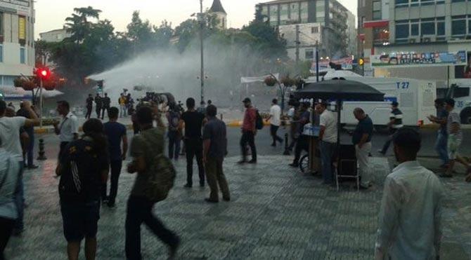 Kadıköy'de göstericilere polis müdahalesi!
