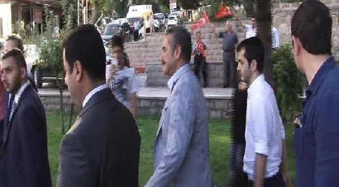 Esnaf, Demirtaş'ı protesto etti