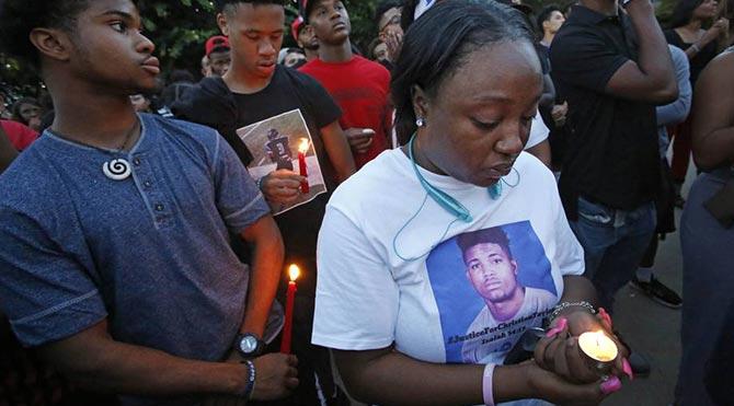 ABD polisi yine siyahi bir genci vurdu