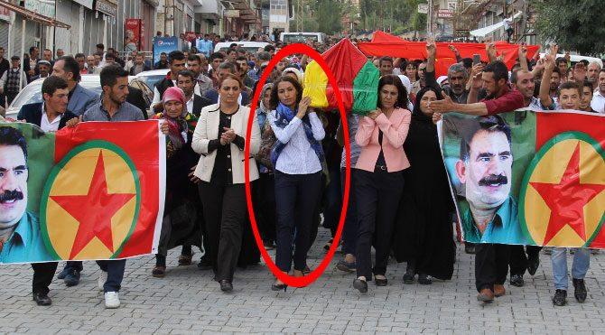 PKK'lı teröristin cenazesini HDP'li milletvekili taşıdı!