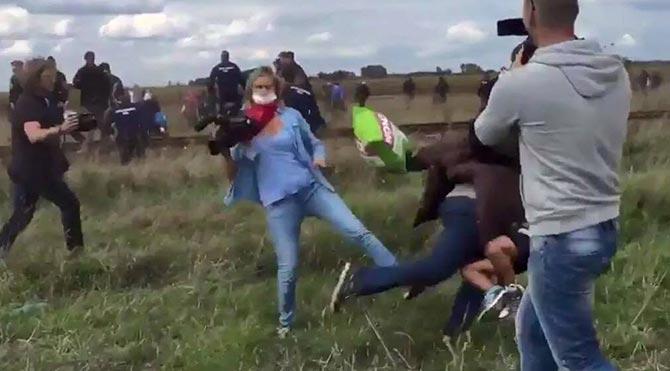 Kadın kameraman mülteciye tekme attı