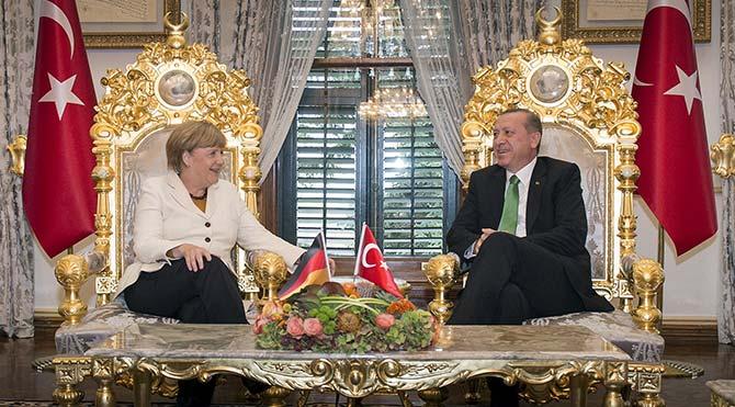 Erdoğan ve Merkel'in 'altın varaklı koltuklarda' görüşmesi dünya basınında manşet oldu