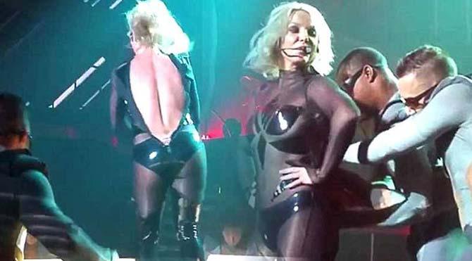Britney Spears'ın fermuarı sahnedeyken patladı